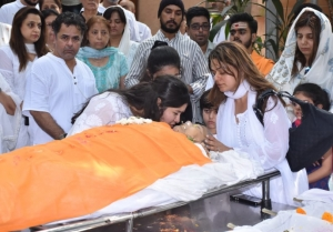 Funeral of Dabboo Ratnani's Mother