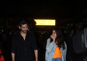 Kartik Aaryan and Janhvi Kapoor snapped at Mumbai Airport