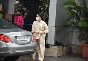 Kareena Kapoor, Taimur Ali Khan and Saif Ali Khan off to Delhi for the shoot of 'Laal Singh Chaddha'