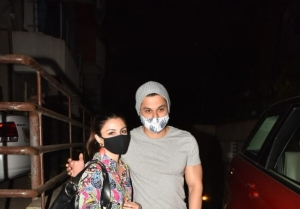 Celebs snapped at Kareena Kapoor's house in Bandra
