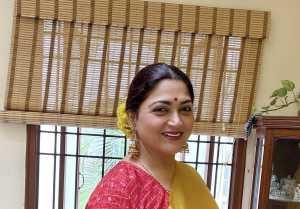 விதவிதமான போஸில் கலக்கும் குஷ்பூ…வர்ணிக்கும் ரசிகர்கள் !