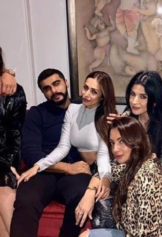 Arjun Kapoor and Malaika Arora party with Kareena Kapoor Khan