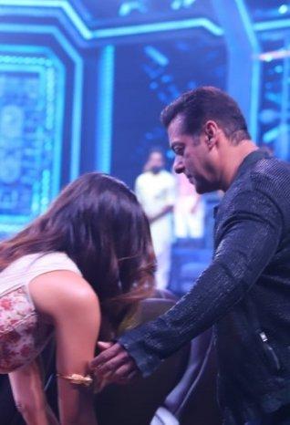 Salman Khan and Katrina Kaif Promote 'Bharat' on sets of Super Dancer Chapter 3
