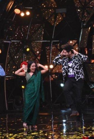 Sara Ali Khan and Kartik Aaryan snapped promoting 'Love Aaj Kal' on sets of Indian Idol 11