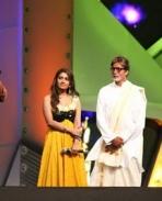 Vijay receiving Favourite Hero Award