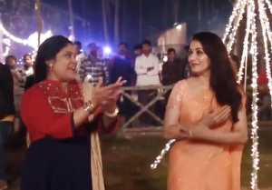 Madhuri Dixit & Renuka Shahane's Dance On 'lo Chali Main' Is Treat To Watch