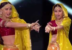 Madhuri Dixit DANCES on Madhubala's hit song 'Mohe Panghat Pe'  FilmiBeat