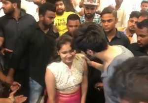 Kartik Aaryan's female FAN gets Emotional for selfie; Watch Video