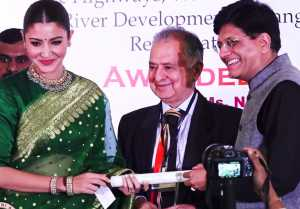 Anushka Sharma gets Smita Patil Memorial Award; Watch Video