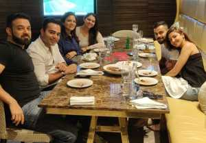 Anushka Sharma & Virat Kohli dines with Family at Restaurant