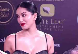 Sunny Leone shows happiness after receiving Icon of the Year in Gold Awards