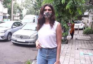 Karishma Tanna spotted at food hall Khar; Watch Video
