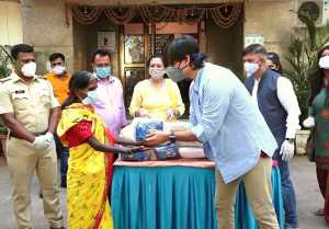 Vivek Oberoi distributes food packets to poor people at Juhu