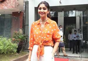 Shilpa Shetty flaunts her retro look in orange & white combination; Watch video