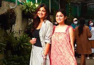 Shilpa Shetty gives poses with sister Shamita Shetty outside house; Watch Video