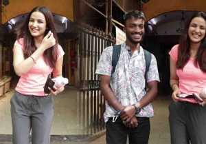 Jasmin Bhasin flaunts her cool look in Media;  Watch video