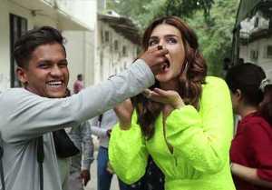 Kriti Sanon celebrates her Birthday with Media, She cuts cake