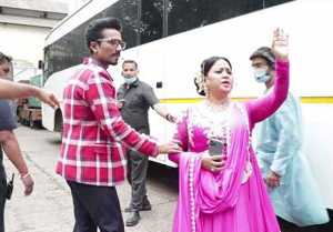 Bharti Singh and Haarsh Limbachiyaa were seen in Shahrukh Deepika's Om Shanti Om avatar
