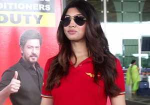 Akanksha Puri spotted at Mumbai airport; Watch video