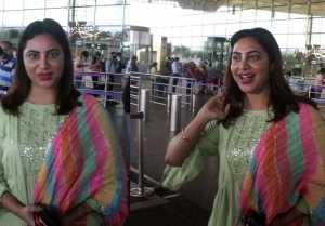 Bigg Boss 14 fame Arshi Khan Spotted at Mumbai Airport