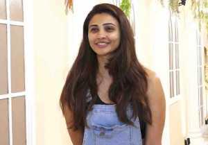 Salman Khan Co-Star Daisy Shah Snapped by media at Andheri