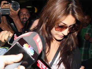 Anushka frisked at Mumbai Airport