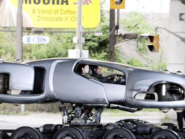 Jessica Biel and Colin Farrell in flying car