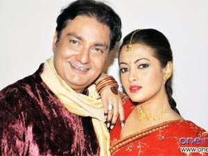 Vinay pathak and Riya Sen in Tere Mere Phere