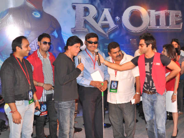 Shahrukh Khan felicitating the real-life heroes in Delhi
