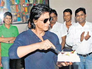 Shahrukh cuts cake with fans