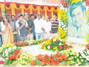 Fans pay floral tributes to Dr Raj on his death annivesary
