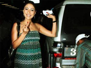 Pooja Mishra shows her middle finger while leaving for IIFA