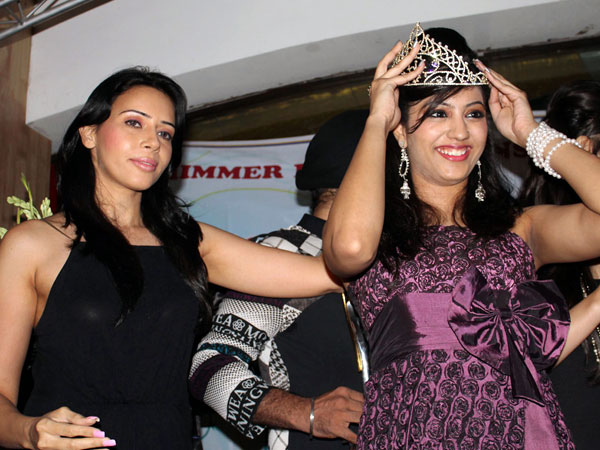Rozlyn Khan crowns the Miss Perfect at Mr & Miss Perfect 2012 contest in Delhi