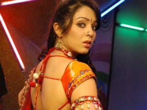 Charmy does item number in Yaare Koogadali
