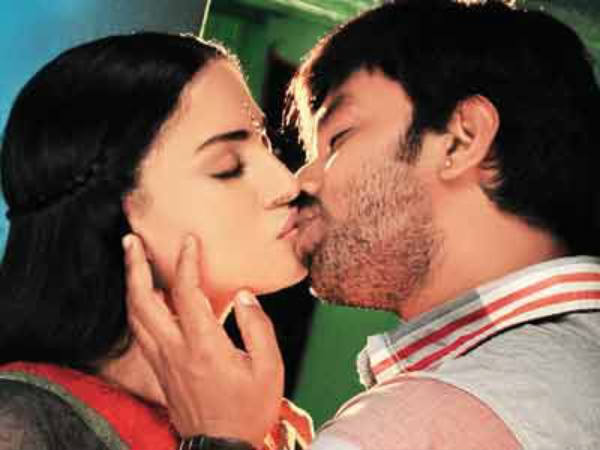 Akshay And Veena Malik's Kissing Scene