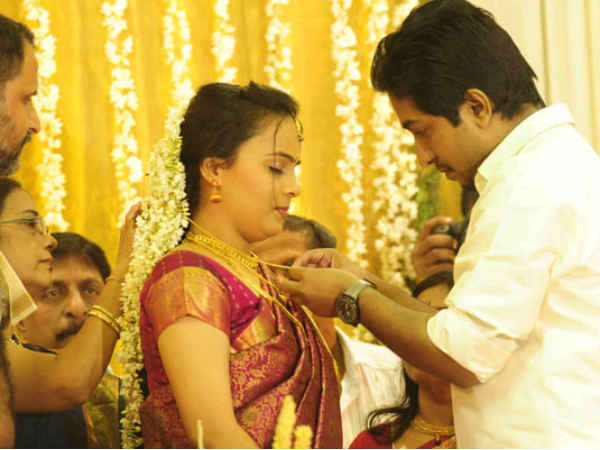 Vineeth ties a thali to Divya