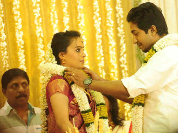 Vineeth put a garland around Divya