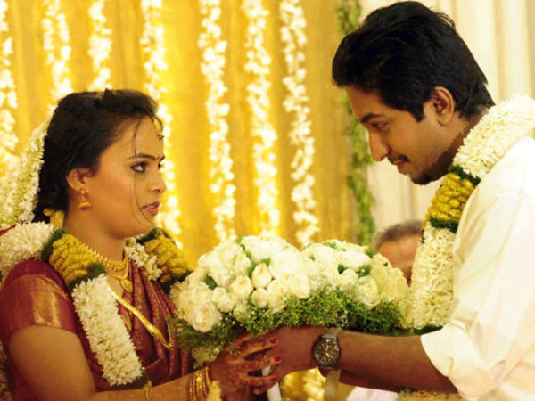 Vineeth gifts bouquet to Divya