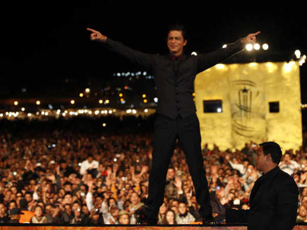 Thousands Gather To See Shahrukh Khan