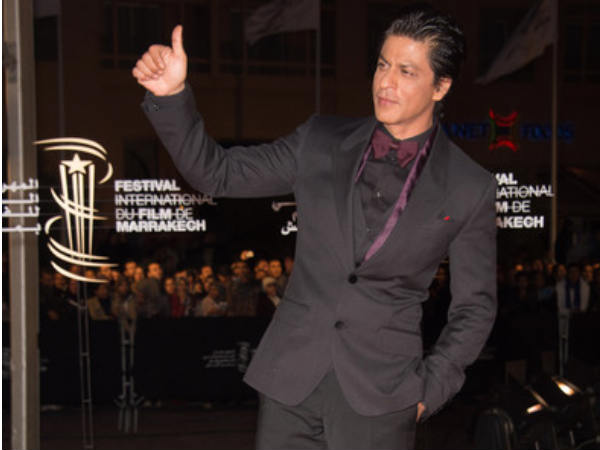 Shahrukh Gestures At His Fans