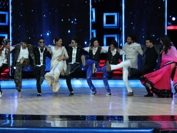 Ranveer And Sonakshi Shoot A Leg On Stage