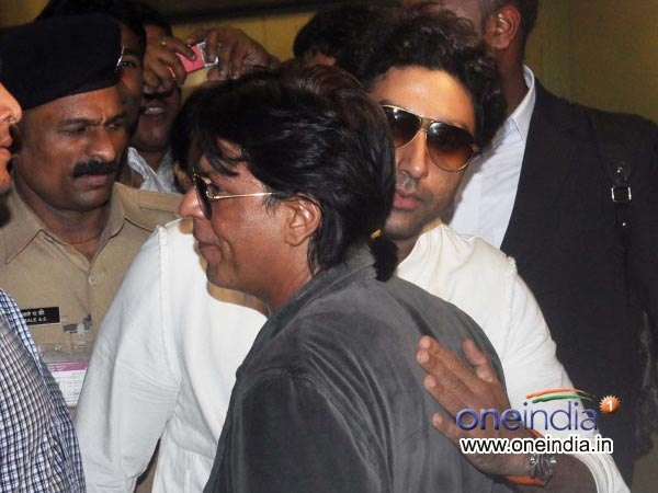 SRK And Jr Bachchan Hug