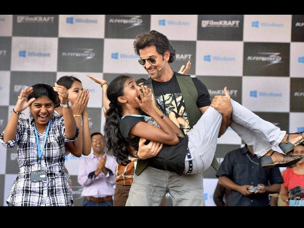 Hrithik Roshan Carries Fan- Bangalore