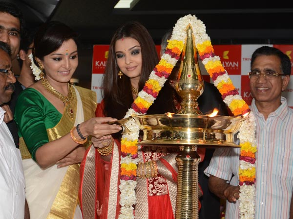 Manju,  Aishwarya Inaugurate Kalyan Showroom