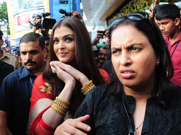 Aishwarya Arrives For The Inauguration Of Kalyan Showroom