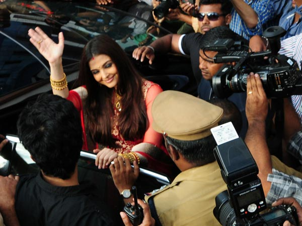 Aishwarya Welcomed By A Huge Crowd