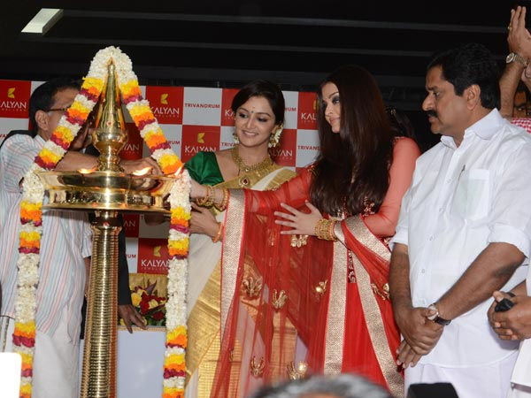 Manju, Aishwarya Inaugurate The New Showroom
