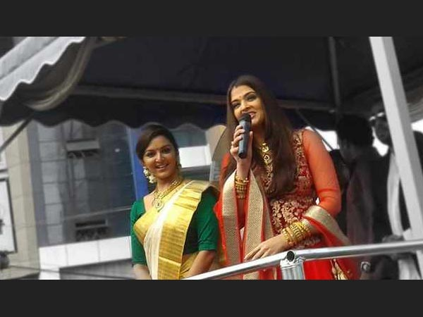 Aishwarya And Manju Interact With Crowd