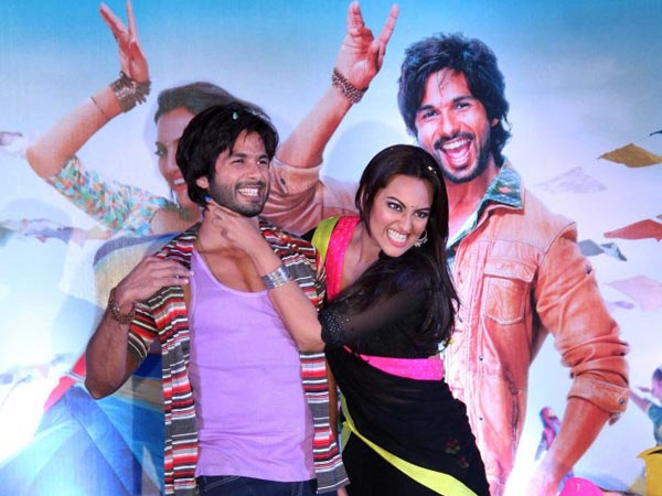 Sonakshi And Shahid Strike A Strangling Pose
