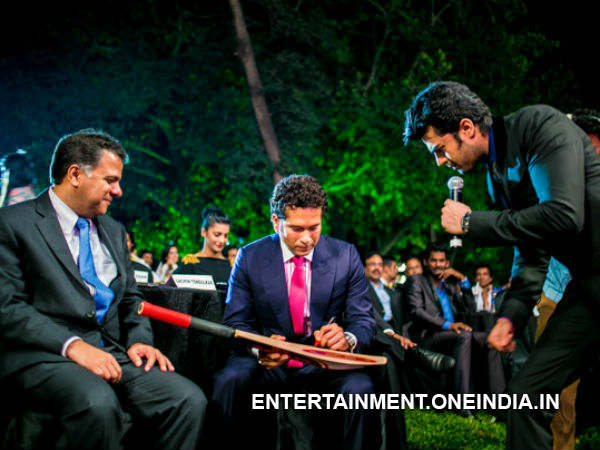 Manish Gets His Bat Autographed By Sachin
